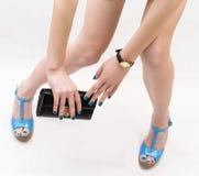 Θηλυκά πόδια που φορούν τα υψηλά τακούνια Στοκ Εικόνα