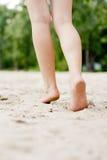 Θηλυκά πόδια σε ένα υπόβαθρο παραλιών στοκ εικόνες με δικαίωμα ελεύθερης χρήσης