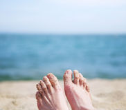 Θηλυκά πόδια σε μια παραλία Στοκ φωτογραφία με δικαίωμα ελεύθερης χρήσης