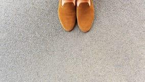 Θηλυκά πόδια σε μια δύσκολη επιφάνεια Στοκ φωτογραφία με δικαίωμα ελεύθερης χρήσης