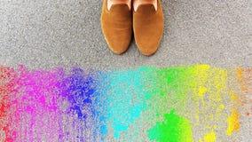 Θηλυκά πόδια σε μια δύσκολη επιφάνεια Στοκ εικόνα με δικαίωμα ελεύθερης χρήσης