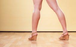 Θηλυκά πόδια στα θερινά μοντέρνα παπούτσια Στοκ Φωτογραφίες