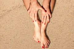 Θηλυκά πόδια στην άμμο παραλιών Στοκ εικόνα με δικαίωμα ελεύθερης χρήσης