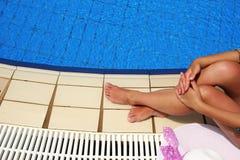 Θηλυκά πόδια στο νερό λιμνών Στοκ Εικόνα