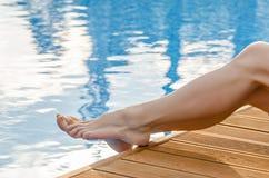 Θηλυκά πόδια στο νερό λιμνών Στοκ εικόνα με δικαίωμα ελεύθερης χρήσης