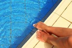 Θηλυκά πόδια στο νερό λιμνών Στοκ φωτογραφίες με δικαίωμα ελεύθερης χρήσης