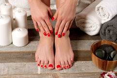 Θηλυκά πόδια στο σαλόνι SPA, διαδικασία pedicure στοκ εικόνες