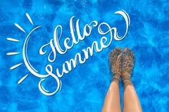 Θηλυκά πόδια το καλοκαίρι νερού και κειμένων λιμνών γειά σου Εγγραφή καλλιγραφίας Στοκ Εικόνες