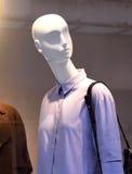 Θηλυκά πλαστικά μανεκέν πίσω από ένα παράθυρο καταστημάτων μόδας Στοκ εικόνες με δικαίωμα ελεύθερης χρήσης