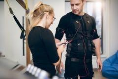 Θηλυκά συνδέοντας καλώδια εκπαιδευτών στο κοστούμι αθλητικών τύπων EMS Στοκ Εικόνες