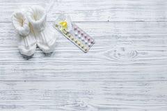 Θηλυκά χάπια αντισύλληψης στην ξύλινη τοπ άποψη υποβάθρου copyspace Στοκ Εικόνες
