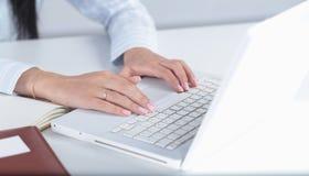 Θηλυκά χέρια ή δακτυλογράφηση εργαζομένων γραφείων γυναικών στο πληκτρολόγιο Στοκ φωτογραφίες με δικαίωμα ελεύθερης χρήσης