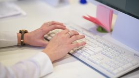 Θηλυκά χέρια ή δακτυλογράφηση εργαζομένων γραφείων γυναικών στο πληκτρολόγιο φιλμ μικρού μήκους