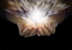Θηλυκά χέρια θεραπείας και θεραπεύοντας ενέργεια Στοκ φωτογραφία με δικαίωμα ελεύθερης χρήσης
