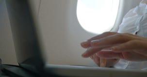 Θηλυκά χέρια που δακτυλογραφούν το lap-top απόθεμα βίντεο