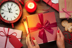 Θηλυκά χέρια που ανοίγουν το δώρο Χριστουγέννων Στοκ Φωτογραφίες
