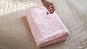 Θηλυκά χέρια που βάζουν τις πετσέτες φιλμ μικρού μήκους