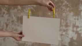 Θηλυκά χέρια που βγάζουν μια κάρτα από τους ένδυμα-γόμφους φιλμ μικρού μήκους