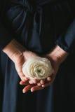 Θηλυκά χέρια που κρατούν ένα άσπρο λουλούδι βατραχίων Στοκ φωτογραφίες με δικαίωμα ελεύθερης χρήσης
