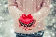 Θηλυκά χέρια που κρατούν ένα κιβώτιο δώρων Στοκ εικόνα με δικαίωμα ελεύθερης χρήσης