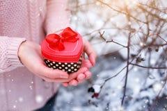 Θηλυκά χέρια που κρατούν ένα κιβώτιο δώρων Στοκ φωτογραφία με δικαίωμα ελεύθερης χρήσης