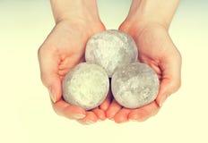 Θηλυκά χέρια που κρατούν γύρω από τα αλατισμένα κρύσταλλα Στοκ φωτογραφία με δικαίωμα ελεύθερης χρήσης