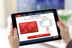 Θηλυκά χέρια που κρατούν την ταμπλέτα με app τις σε απευθείας σύνδεση αγορές στην οθόνη Στοκ φωτογραφία με δικαίωμα ελεύθερης χρήσης