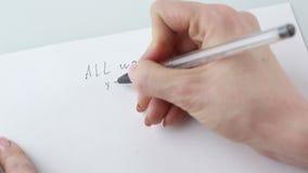 Θηλυκά χέρια που κρατούν τη μάνδρα και τα κενά φύλλα εγγράφου με το copyspace στον πίνακα Γράφει ότι όλη η ανάγκη είναι εσύ Χρήμα απόθεμα βίντεο