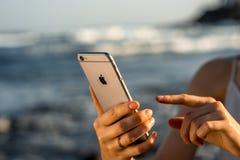 Θηλυκά χέρια που κρατούν το νέο διάστημα iPhone 6s γκρίζο Στοκ Εικόνες