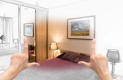 Θηλυκά χέρια που πλαισιώνουν το σχέδιο κρεβατοκάμαρων συνήθειας Στοκ Φωτογραφία