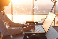 Θηλυκά χέρια στο πληκτρολόγιο που χρησιμοποιώντας το lap-top και Διαδίκτυο, που λειτουργούν on-line Δακτυλογράφηση Freelancer στο στοκ φωτογραφία με δικαίωμα ελεύθερης χρήσης