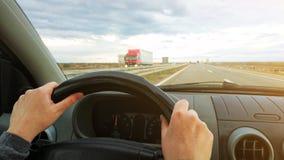 Θηλυκά χέρια στο τιμόνι αυτοκινήτων, οδηγοί pov Στοκ φωτογραφία με δικαίωμα ελεύθερης χρήσης