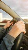 Θηλυκά χέρια στο τιμόνι αυτοκινήτων Στοκ Εικόνες
