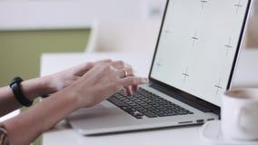 Θηλυκά χέρια συγκομιδών που χρησιμοποιούν το lap-top απόθεμα βίντεο