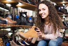 Θηλυκά χειμερινά θηλυκά παπούτσια αγοράς στο κατάστημα παπουτσιών Στοκ εικόνες με δικαίωμα ελεύθερης χρήσης