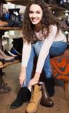 Θηλυκά χειμερινά θηλυκά παπούτσια αγοράς στο κατάστημα παπουτσιών Στοκ Φωτογραφίες