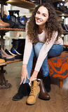 Θηλυκά χειμερινά θηλυκά παπούτσια αγοράς στο κατάστημα παπουτσιών Στοκ φωτογραφίες με δικαίωμα ελεύθερης χρήσης