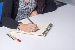 θηλυκές νεολαίες σπουδαστών βιβλιοθηκών Στοκ Εικόνες