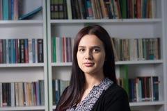 θηλυκές νεολαίες σπουδαστών βιβλιοθηκών Στοκ Φωτογραφίες