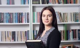 θηλυκές νεολαίες σπουδαστών βιβλιοθηκών Στοκ φωτογραφίες με δικαίωμα ελεύθερης χρήσης