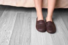 Θηλυκές πόδια και παντόφλες Στοκ Φωτογραφίες