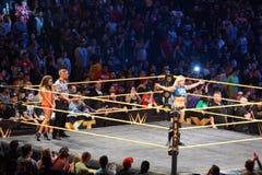Θηλυκές στάσεις κλίσεων του Σαρλόττα παλαιστών NXT στο δαχτυλίδι με τα όπλα πρώην Στοκ Εικόνες