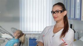 Θηλυκές χειρονομίες οδοντιάτρων εντάξει στην οδοντική κλινική απόθεμα βίντεο