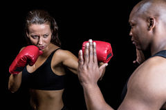 Θηλυκή άσκηση μπόξερ με τον εκπαιδευτή Στοκ φωτογραφίες με δικαίωμα ελεύθερης χρήσης