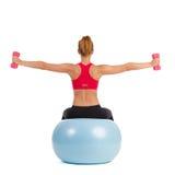 Θηλυκή άσκηση στη σφαίρα ικανότητας με τα βάρη χεριών Στοκ εικόνες με δικαίωμα ελεύθερης χρήσης
