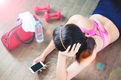 Θηλυκή έννοια άσκησης ικανότητας με τη διαστημική, θηλυκή μουσική ακούσματος αντιγράφων από το smartphone Στοκ Φωτογραφία
