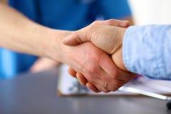 Θηλυκή αίτηση υποψηφιότητας εκμετάλλευσης γιατρών ενώ Στοκ Εικόνες