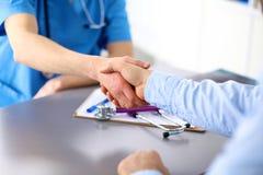Θηλυκή αίτηση υποψηφιότητας εκμετάλλευσης γιατρών ενώ Στοκ εικόνα με δικαίωμα ελεύθερης χρήσης