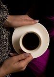 θηλυκή λαβή χεριών φλυτζ&alph Στοκ Εικόνα
