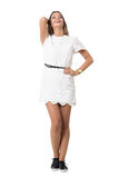 Θηλυκή αισθησιακή ομορφιά γέλιου στο άσπρο φόρεμα με το κεφάλι που γέρνουν πίσω Στοκ Φωτογραφίες
